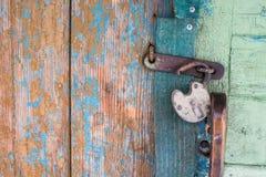 Gammalt lås på dörr arkivfoto