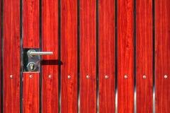 Gammalt lås på dörren royaltyfria bilder