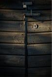 Gammalt lås på ladugårddörr i eftermiddagljus royaltyfria foton
