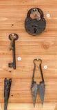 Gammalt lås, tangenter och sax för klippning Royaltyfri Foto