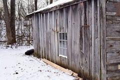 Gammalt ladugårdir-skjul med ridit ut trä på lantgård Royaltyfria Bilder