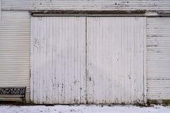 Gammalt ladugårdir-skjul med ridit ut trä på lantgård Fotografering för Bildbyråer
