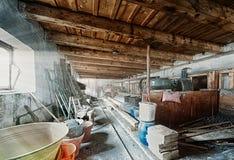 Gammalt ladugårdlagringsrum med ljusa strålar Royaltyfri Bild