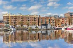 Gammalt lager i den östliga hamnen av Groningen Arkivbild