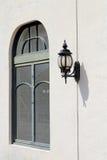 Gammalt lamplykta och fönster Arkivfoto