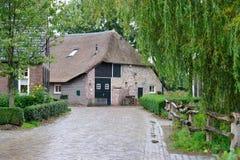 Gammalt lantbrukarhem i Holland Arkivfoton