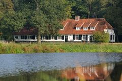 Gammalt lantbrukarhem i Holland Arkivfoto