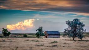 Gammalt lantbrukarhem med åskväder Arkivfoton