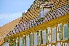 Gammalt lantbrukarhem med ett tak i behov av renovering Royaltyfri Bild