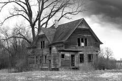 Gammalt lantbrukarhem, spökat hus som är ensamt Arkivbild