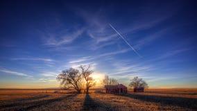 Gammalt lantbrukarhem under djupblå himmel Royaltyfria Foton