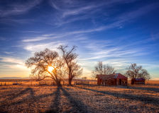 Gammalt lantbrukarhem under djupblå himmel Arkivfoto