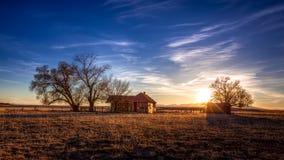 Gammalt lantbrukarhem under djupblå himmel Fotografering för Bildbyråer