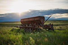 Gammalt lantbrukmaskineri som överges i fält Arkivfoto