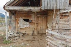 Gammalt lantgårdhus för aveln av kor Litet kohus Arkivfoton