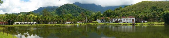 Gammalt panorama- lantgårdhus - Arkivfoto
