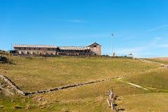 Gammalt lantgårdhus - platå av Lessinia Italien royaltyfri bild