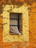 gammalt lantligt fönster fotografering för bildbyråer