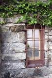 gammalt lantligt fönster Arkivfoton