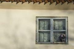 Gammalt lantligt fönster arkivbild