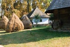Gammalt lantligt hem i Rumänien Royaltyfri Bild