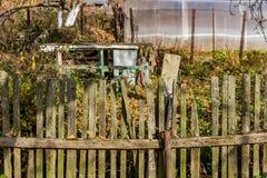 Gammalt lantligt staket mellan trädgårdarna royaltyfri bild