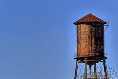 Gammalt lantligt vattentorn med bakgrund för blå himmel Royaltyfri Bild