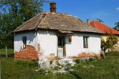 gammalt lite övergett hus fotografering för bildbyråer