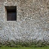 Gammalt litet fönster på en vägg Vit sten Byggande Arkivbild