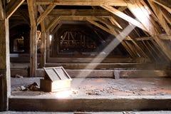 Gammalt loft av ett hus, dolde hemligheter Royaltyfri Bild