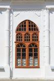 Gammalt målat välvt fönster Arkivfoto