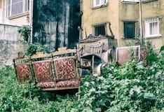 Gammalt möblemang som överges i en gård Royaltyfri Fotografi