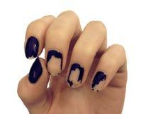 Gammalt mörker - blå manikyr Sjaskigt spika polermedel Kvinnahänder på den vita tabellen Spa arkivfoton