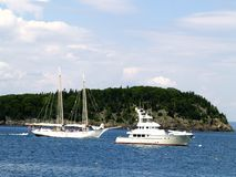 Gammalt möter nytt på havet på Maine Royaltyfria Bilder