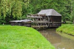Gammalt mala huset på floden i Östeuropa royaltyfri bild