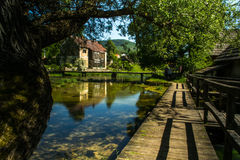 Gammalt maler på den Gacka floden, Lika, Kroatien Royaltyfri Bild