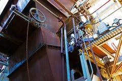 Gammalt maskineri av den övergav fabriken Royaltyfri Fotografi