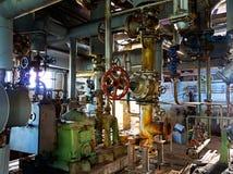 Gammalt maskineri av den övergav fabriken från inre Fotografering för Bildbyråer