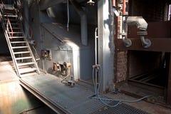 Gammalt maskineri av den övergav fabriken från insidan Arkivbild