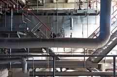 Gammalt maskineri av en övergiven fabrik från inre Arkivbild