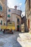 Gammalt medel i en tuscan gränd Fotografering för Bildbyråer