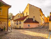 Gammalt medeltida begränsar den lappade gatan och små forntida hus av Novy Svet, det Hradcany området, Prague, Tjeckien royaltyfri foto