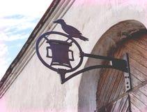 Gammalt medeltida smidesjärntecken på dörren Arkivbilder