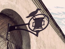 Gammalt medeltida smidesjärntecken på dörren Royaltyfri Bild