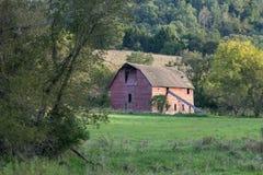 Gammalt mejeriladugård och fält arkivbilder