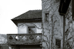 Gammalt men renoverat alsacien huset i liten by Royaltyfria Bilder