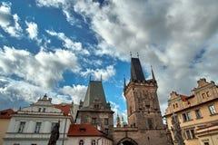 Gammalt Mesto för stirrande för stadbrotorn torn nära Charles Bridge Karluv Most i Prague, Tjeckien Övre sikt för slut med blå hi arkivfoton