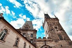 Gammalt Mesto för stirrande för stadbrotorn torn nära Charles Bridge Karluv Most i Prague, Tjeckien Övre sikt för slut med blå hi royaltyfri foto