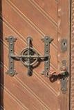 Gammalt metalldörrhandtag av en original- sort Arkivfoton