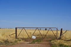 Gammalt metallport- och smutsspår nära Parkes, New South Wales Royaltyfri Fotografi